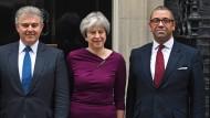 Theresa May mit dem neuen Vorsitzenden der Tories Brandon Lewis (l.) und James Cleverly.
