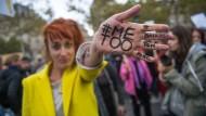 Demonstration Ende Oktober in Paris: Unter dem Hashtag #MeToo berichten Frauen weltweit von ihren Erfahrungen mit Sexismus.