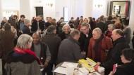 Weltliteratur: Besucher im Literaturhaus, in der Mitte, mit Blick in die Kamera, Friedenspreisträger Boualem Sansal
