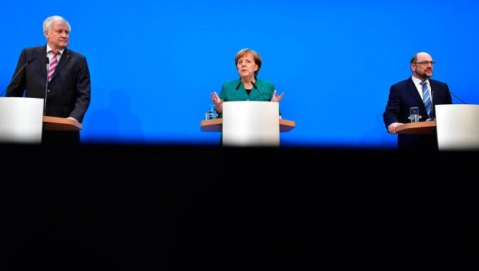 Merkel sagt Kritikern personelle Neuaufstellung zu