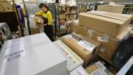 Am Rand der Leistungsfähigkeit: ]Mitarbeiter von Paketdiensten haben im vorweihnachtlichen Stress besonders viele Schachteln zu sortieren.