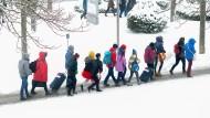 Die Besucher der Leipziger Buchmesse kommen durch das Schneegestöber zum Messegelände.