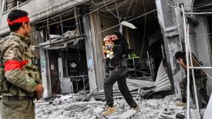 Berichte von Ladenplünderungen durch protürkische Kämpfer