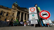 Aktivisten stehen vor dem Bundesverwaltungsgericht in Leipzig, wo über ein Fahrverbot für Diesel entschieden werden soll.