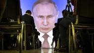 Journalisten verfolgen in Moskau die jährliche Pressekonferenz von Präsident Wladimir Putin