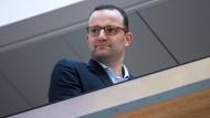 Gescheitert? Oder doch noch im Spiel? Jens Spahn verfolgt am vergangenen Mittwoch im Konrad-Adenauer-Haus in Berlin die Pressekonferenz der Parteivorsitzenden
