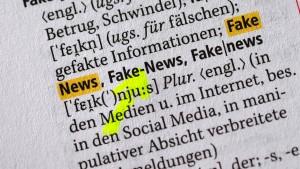 """Jeder Zweite sieht in """"Fake News"""" eine ernsthafte Gefahr für Demokratie"""