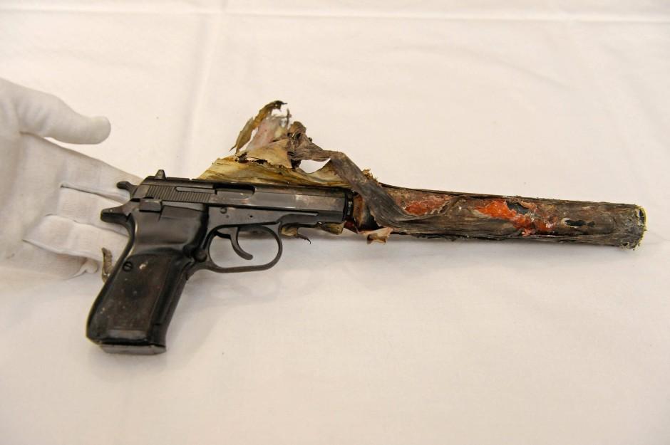 Die Beschaffung dieser Waffe wurde den Angeklagten zum Verhängnis. Die Ceska, Typ 83, ist als Tatwaffe identifiziert.