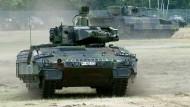"""Problem-Panzer: Der Schützenpanzer """"Puma""""  bei seiner Vorstellung  im Juni 2015 auf dem Erprobungsgelände des Herstellers Rheinmetall  in der Lüneburger Heide"""