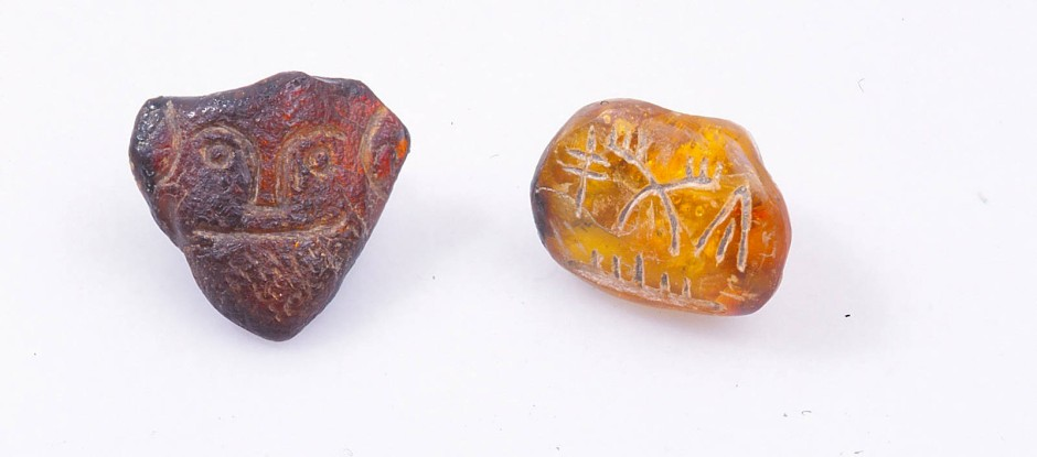 """Das Siegel: Die Zeichen werden als """"ti-nwa-to"""" gelesen, was ein Name sein könnte. In einer Bohrung steckte ein Filament aus exakt demselben Material wie die Goldbleche."""
