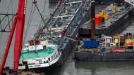 """Das Säuretankschiff """"Waldhof"""" kenterte 2011 nahe St. Goarshausen. Bergungskräfte richteten den Tanker damals wieder auf."""