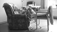 Die 86 Jahre alte Erna Pfeiffer ist blind und lebt seit drei Jahren im Seniorenheim. Einmal in der Woche kommt ihre Schwester, am Telefon hören sich die beiden Frauen täglich. Manchmal verlässt Pfeiffer das Heim, um ihrerseits ihre Schwester zu besuchen.