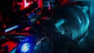 """Der Radius des Wasserstoffkerns ist offenkundig kleiner als bislang gedacht. Eine Forschergruppe vom Max-Planck-Institut für Quantenoptik in Garching hat den unerwarteten Befund aus dem Jahr 2010 jetzt mit laserspektroskopischen Präzisionsmessungen an normalen Wasserstoffatomen untermauern können. Wie die Forscher um Theodor Hänsch in der Zeitschrift """"Science"""" berichten, deckt sich der ermittelte Wert für den Protonenradius mit jenem, der vor sieben Jahren an myonischem Wasserstoff gemessen wurde. Dieser lag rund fünf Prozent unter dem Standardwert. Damals flammte eine Debatte auf, weil sich damit auch die Werte einer Reihe von Naturkonstanten wie der Rydberg-Konstanten ändern würden. Hänsch und seine Kollegen haben, indem sie die Frequenz des 2S-4P-Übergangs in der Elektronenhülle von Wasserstoffatomen präzise ermittelten, auch die Rydberg-Konstante neu vermessen können. Diese zeigt den gleichen Trend nach unten wie der Protonenradius. (mli)"""