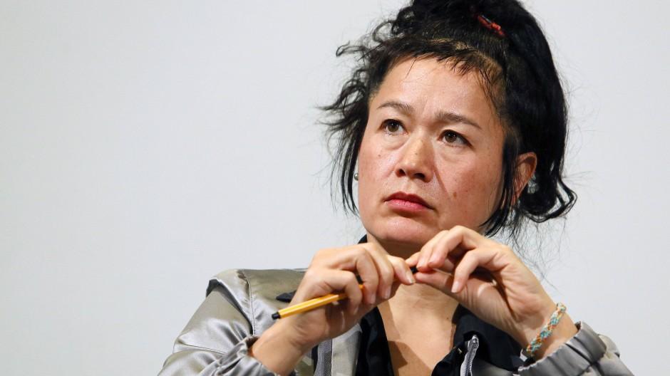 """Die Filmemacherin und Autorin Hito Steyerl (hier im Februar 2015 in Berlin) ist vom britischen Kunstmagazin """"ArtReview"""" zur derzeit einflussreichsten Persönlichkeit im internationalen Kunstbetrieb gekürt worden."""