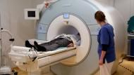 Vor der Therapie sollte Prävention erfolgen. Untersuchung eines Patienten im MRT der Radiologe der Universitätsmedizin in Rostock.