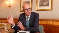 Joachim Fels, Chefökonom der Investmentgesellschaft Pimco, versucht das Rätsel des schwachen Dollars aufzuklären.