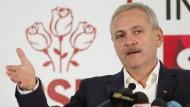 Der PSD-Vorsitzende Liviu Dragnea verkündet nach der Wahl, dass er Ministerpräsident werden wolle. Doch trotz des Wahlsieges ist das noch ungewiss.