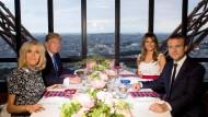 Vite vite, une photo: Familie Macron und Trump dinieren im Eiffelturm am Donnerstagabend.