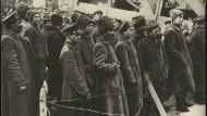 Zusammentreffen von russischen und deutschem Militär an der Ostfront nach dem Waffenstillstand. Aufgenommen am 15. Dezember 1917 am Fluss Yassyolda.
