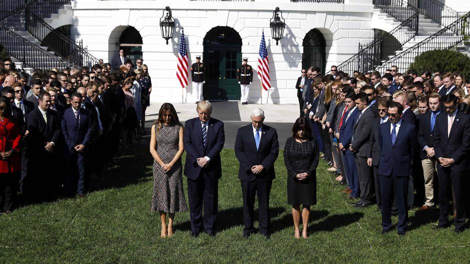 Präsident Donald Trump, seine Frau Melania, Vizepräsident Mike Pence und dessen Frau Karen gedenken vor dem Weißen Haus der Opfer des Attentats in Las Vegas.