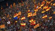 Teilnehmer der Demonstration gegen die Unabhängigkeit Kataloniens in der Innenstadt von Barcelona