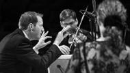 Justin Doyle Justin Doyle (links) zwischen Jürgen Groß (Violine) und Katharina Bäuml (Schalmei) Foto Matthias Heyde