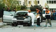 """Monate zuvor hatte """"Akit"""" ein rot durchgestrichenes Foto des Politologen gedruckt: Spurensicherung nach Explosion der Autobombe, die Ahmet Taner Kislali im Oktober 1999 getötet hat."""