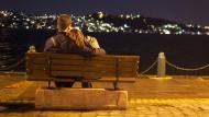 Junge Leute müssen mit Ermahnungen bei Umarmungen rechnen: Liebespaar am Bosporus.