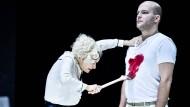 Griff in die staubige Trickkiste: Felix Goeser als Brutus und Kate Strong als datenaufzählende Mutter