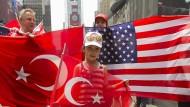 Inzwischen auf Distanz: Türkische und amerikanische Fahnen auf dem Time Square im Gedenken an den gescheiterten Putschversuch im Sommer 2016.