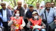 Sie gehören zu den Zehntausenden, die per Dekret ihre Arbeit verloren haben, obwohl sie nichts mit dem Putschversuch zu tun haben: die Wissenschaftlerin Nuriye Gülmen und der Lehrer Semih Özakça am 65. Tag ihres Hungerstreiks, dem 12. Mai, in Ankara.