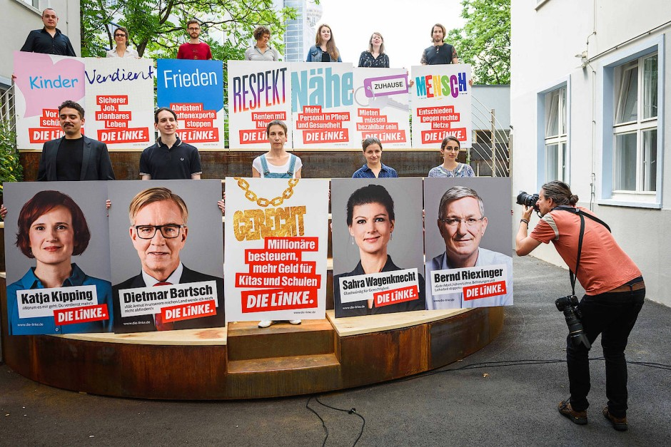 Bald kleben sie wieder überall: Werbeplakate