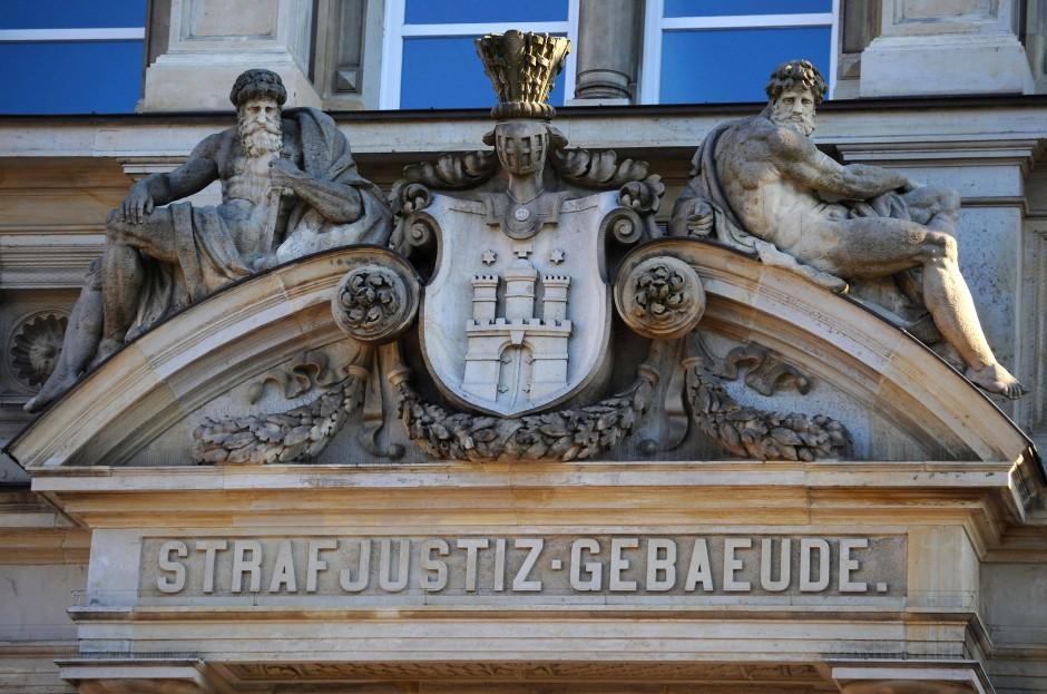 Steinportal des Landgerichts Hamburg: Hier wurde ein schneller Unterlassungsbeschluss erwirkt.