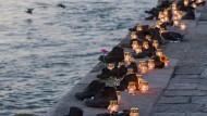 Kerzen zum Gedenktag der Opfer des Holocausts am Mahnmal von Budapest