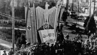 Mit Hakenkreuz und Halbmond: Kislowodsk im Kaukasus feiert das Ende des Ramadan.