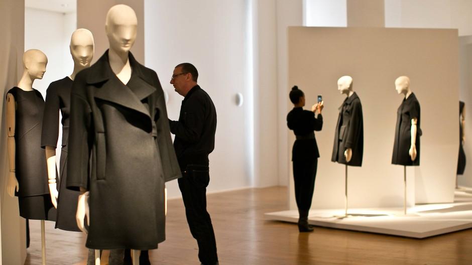 Schlicht in Schwarz: Entwürfe von Jil Sander im Museum
