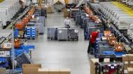 Immer öfter werden Roboter und Maschinen dazu eingesetzt, bestimmte Waren aus einer Menge zu identifizieren, herauszugreifen und in die richtigen Versandkästen einzusortieren.