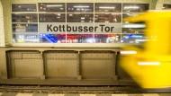 Eine Berliner Bahn und zwei Geschichten: Die erste erzählt vom Ausländerlächeln, die zweite vom Rassismus.