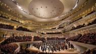 Nach getaner Arbeit im Weinberg der Musik: Thomas Hengelbrock (Mitte) und das NDR Elbphilharmonie Orchester danken dem Publikum des Festakts in Hamburg.