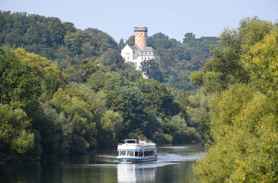Auf dem Fluss gehts auch, aber der Wanderweg erlaubt mehr Überblick: Die Lahn bei Runkel.