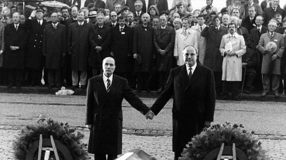 Ein Historiker als Kanzler: Francois Mitterrand und Helmut Kohl über den Gräbern von Verdun.