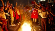 Brennt alles nieder: Erdogan-Anhänger verbrennen nach dem gescheiterten Putsch ein Konterfei vom Staatsfeind Nummer Eins, Fethullah Gülen.