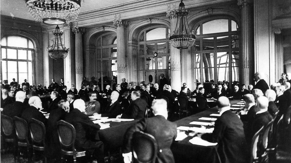 Im Spiegelsaal: Georges Clemenceau (ganz rechts) spricht zu der deutschen Delegation, die an dem Tisch ihm gegenüber sitzt.