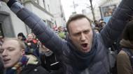 Korruptionsjäger Aleksej Nawalnyj demonstriert in Moskau gegen seinen Ausschluss von der Präsidentenwahl.
