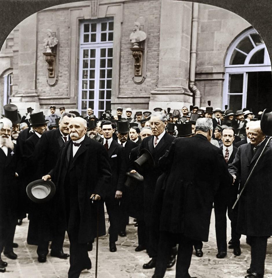 Schnell raus, eine rauchen: Clemenceau (Frankreich), Woodrow Wilson (Vereinigte Staaten) und D.Lloyd George (Großbritannien) verlassen das Schloß.