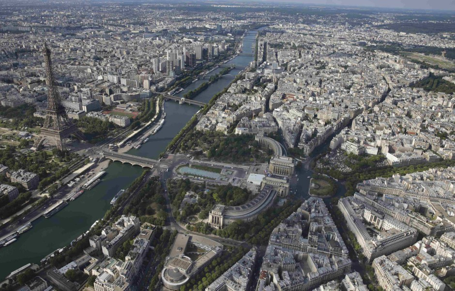 Angewandter Strukturalismus: Wer vom Eiffelturm blickt – oder gar über ihn drüber – nimmt die Stadt als Netz funktioneller Punkte wahr, die entziffert werden können.