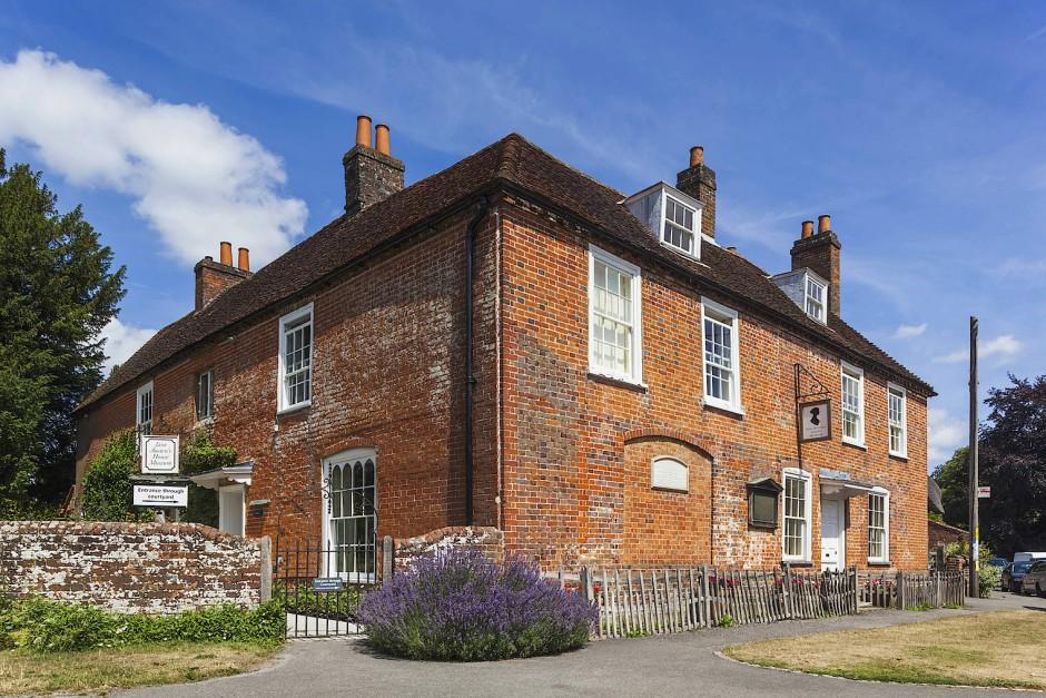 Das Haus im Dörfchen Chawton, in dem Jane Austen mit ihrer Schwester Cassandra, ihrer Mutter und der Freundin Martha Lloyd die letzten acht Jahre bis zu ihrem Tod am 18. Juli 1817 verbrachte, ist als einzige erhaltene Wohnstätte der Schriftstellerin seit 1949 ein Pilgerziel.