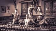 Die Welt aus dem Roman gibt es vielleicht wirklich: So posieren Boxer der Universität von Cambridge im Union Club für einen Nacktkalender.
