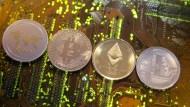 Kryptoanlagen wie Bitcoin oder Etherum sind bei vielen Anlegern gefragt.