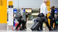Zwei Passagiere der Lufthansa wollen nach ihrer Flugstornierung die gesamten Kosten erstattet bekommen.